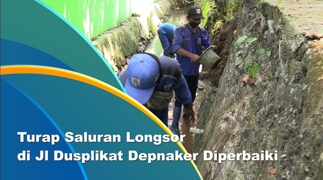 Tujuh Petugas Perbaiki Turap Saluran di Pinang Ranti